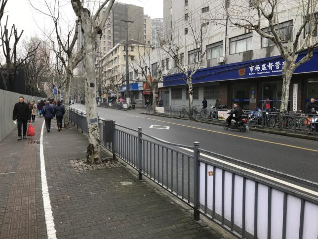 魯班路(Luban Road)駅3番出口を出てすぐの光景。 中央の茶色が宿の入口。