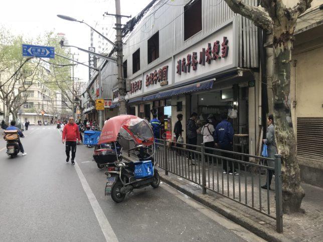 駅を出て宿と反対方向に少し歩けば、早朝・深夜でも営業している飲食店が並ぶ。