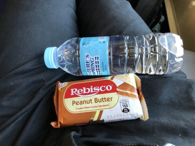 Joy Bus車内で配られたお菓子と水